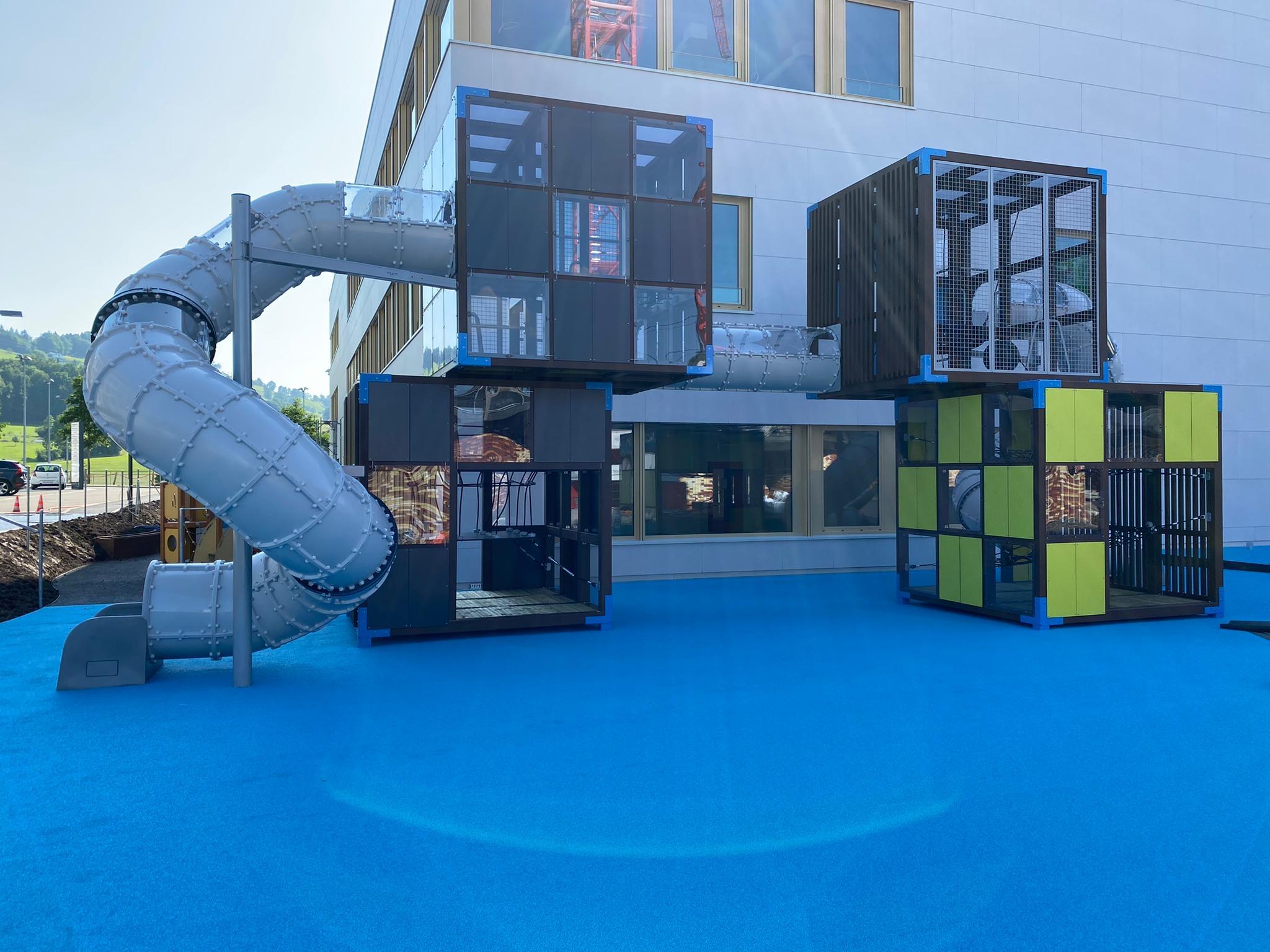 kubisches Spielgerät von GTSM Magglingen AG für den Spielplatz der Privatschule OBS auf dem neuen Campus in Wollerau