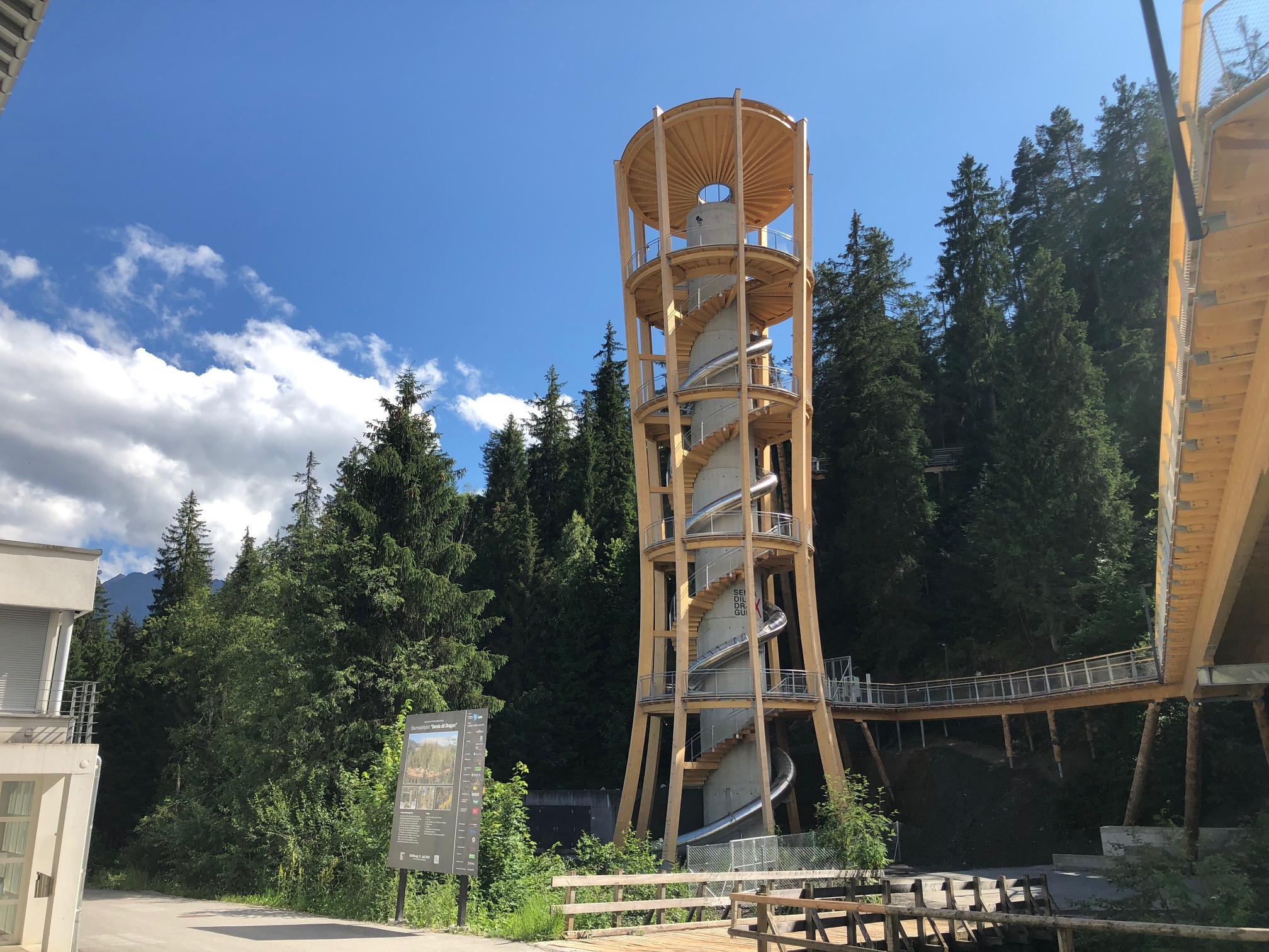 Turm des Baumwipfelpfads mit Wiegand-Röhrenrutsche von GTSM Magglingen
