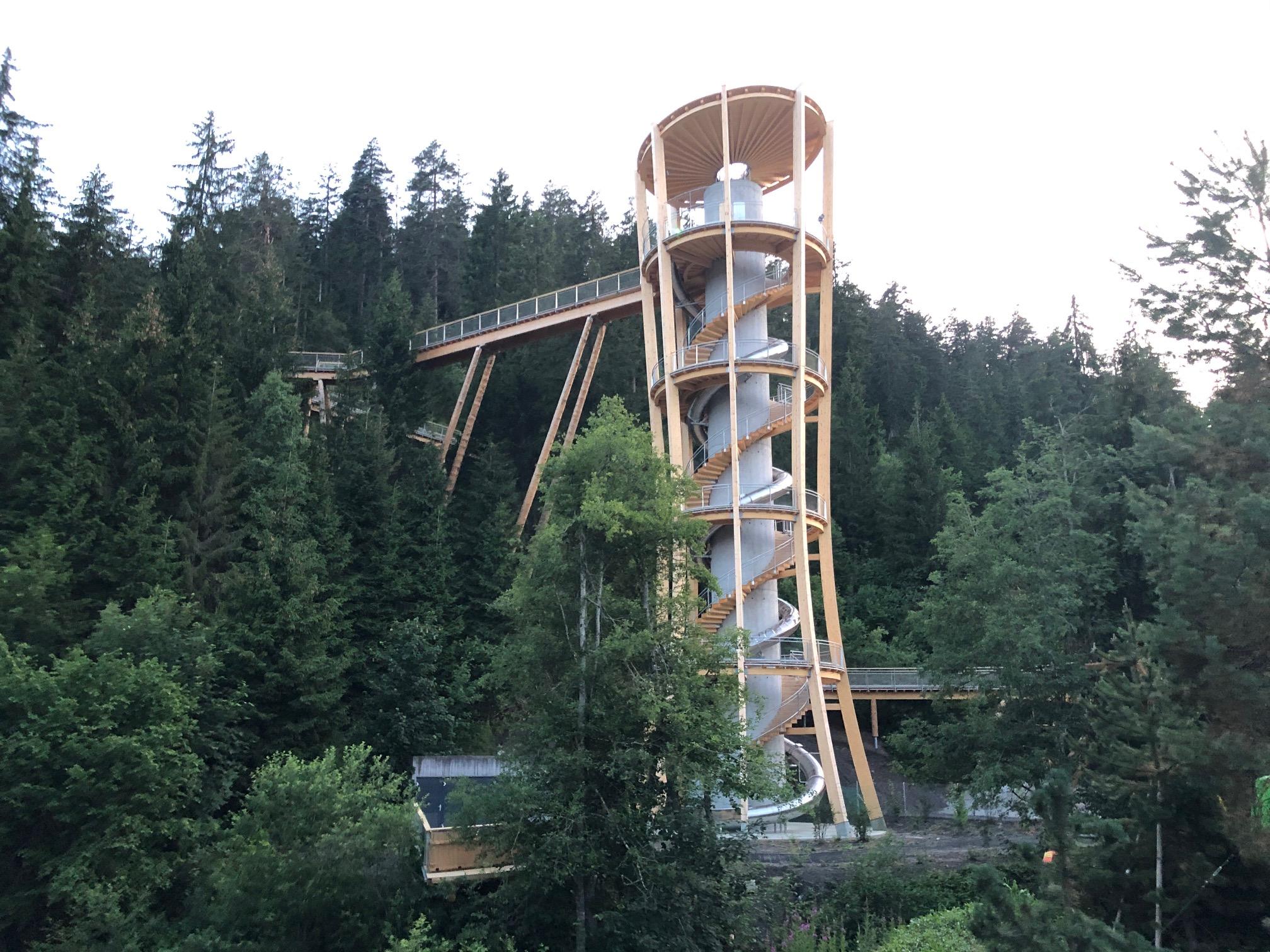 Gesamtansicht Turm des Baumwipfelpfads Laax mit Wiegand-Tunnel-Rutschbahn von GTSM Magglingen