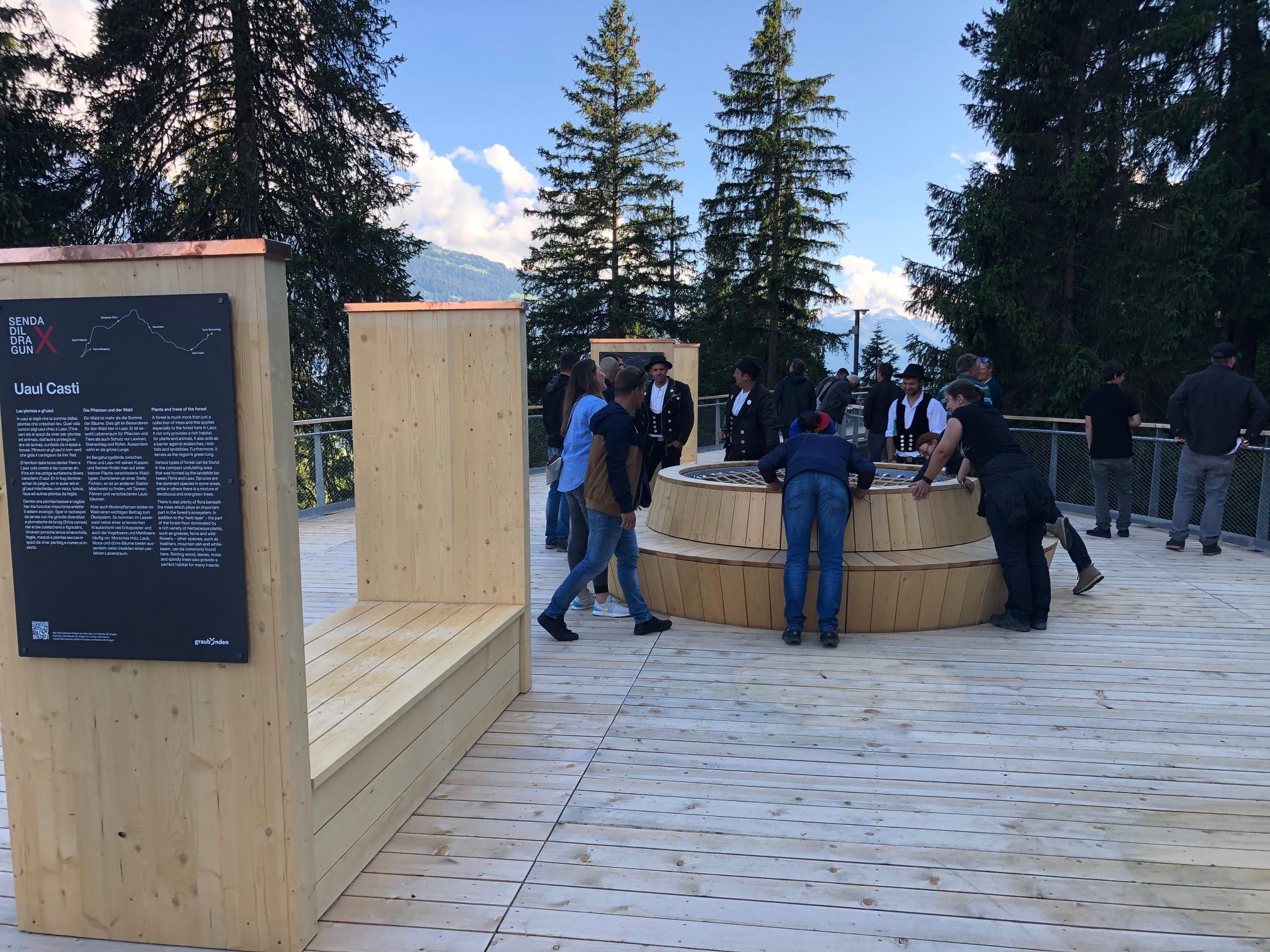 Die Aussichtsplattformen des Baumwipfelpfad Laax mit interessanten Erklärungen zur lokalen, alpinen Fauna und Flora