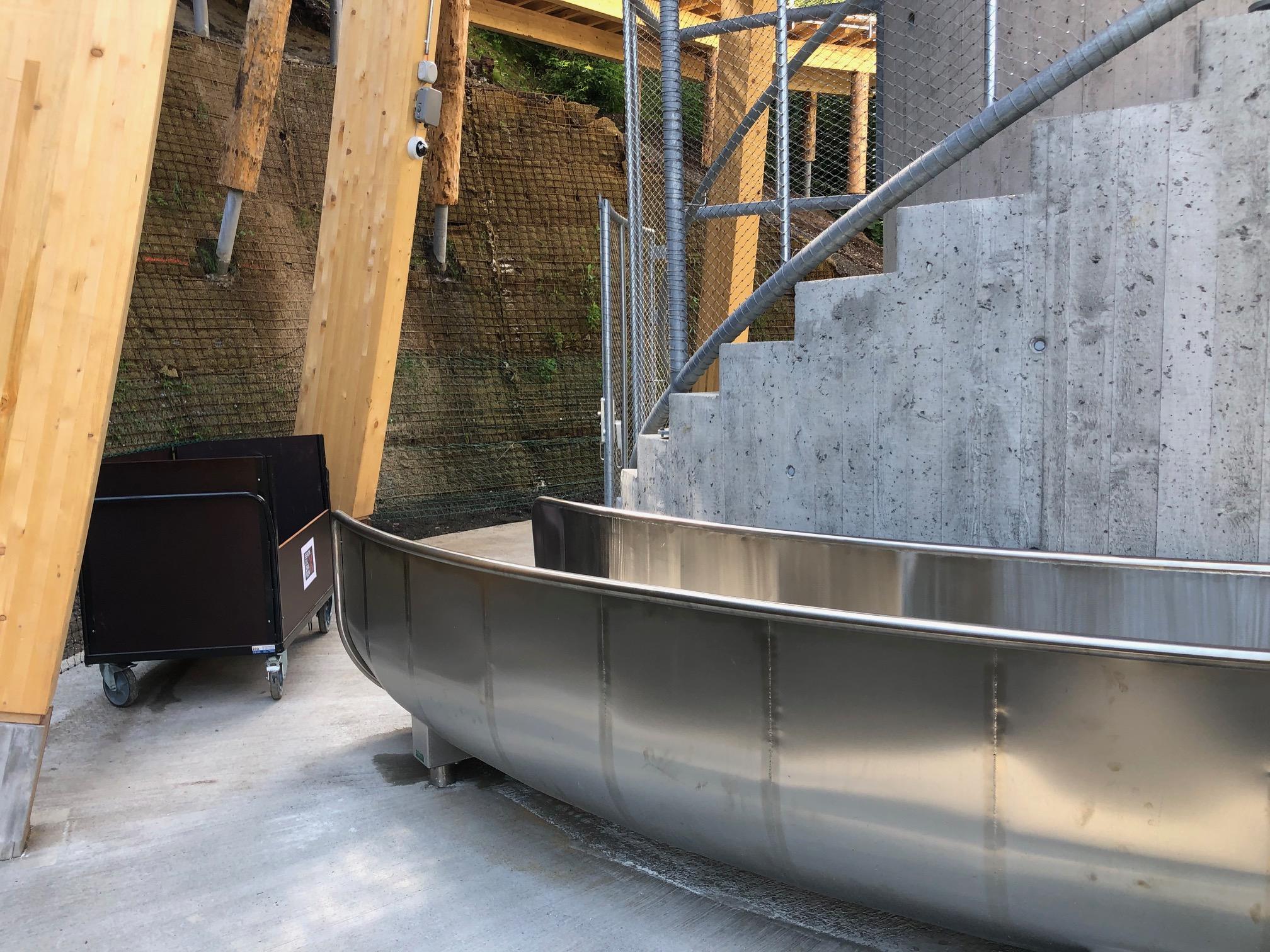 Hier die Ankunft der GTSM Tunnel-Rutsche am Fusse des Turms des Baumwipfepfads Laax